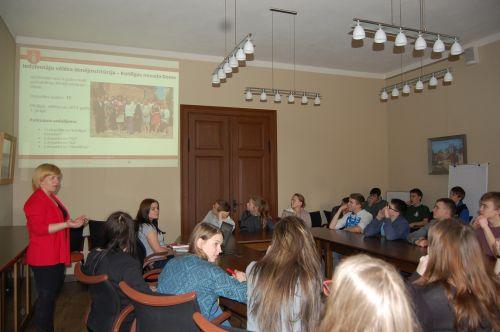 Kuldīgas Mākslu un Humanitāro zinību vidusskolas skolēni iepazīst, kā strādā Kuldīgas pašvaldība