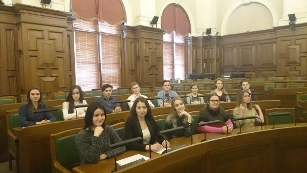 Ventspils vakara vidusskolēni iepazīst Saeimas un Ministru kabineta darbu